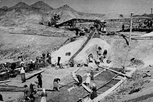Women working on a construction that fell under the Bezymjanlag camp